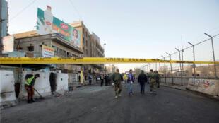 Las fuerzas de seguridad iraquíes inspeccionan el escenario de un doble ataque con explosivos en Bagdad, Irak, el 15 de enero de 2018.