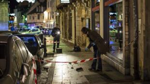 Un policier relève des preuves du passage de l'automobiliste à Dijon.