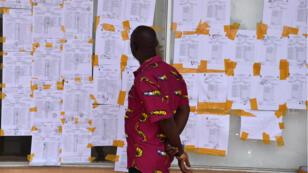 Des résultats affichés à la commission électorale nationale, 12 octobre 2017, à Monrovia.