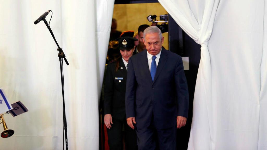 El primer ministro israelí, Benjamin Netanyahu, observa cuando llega a revisar una guardia de honor con su homólogo etíope, Abiy Ahmed, durante su reunión en Jerusalén, el 1 de septiembre de 2019.
