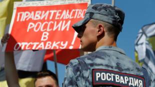 Manifestantes en una protesta contra la decisión del Gobierno ruso de elevar la edad de jubilación en Moscú, Rusia, el 29 de julio de 2018.