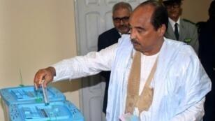 محمد ولد عبد العزيز يدلي بصوته في الانتخابات الموريتانية. 1 أيلول/سبتمبر 2018 بنواكشوط.