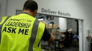 Un employé d'Amazon dans l'entrepôt parisien du géant américain de l'e-commerce