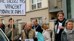 Quelque 200 personnes ont manifesté devant l'hôpital Sébastopol de Reims, où est hospitalisé Vincent Lambert, dimanche 19 mai.