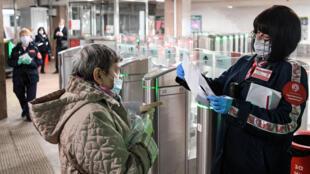 Una inspectora revisa la documentación de una pasajera en la estación de metro moscovita de Savyolovskaya el 12 de mayo de 2020