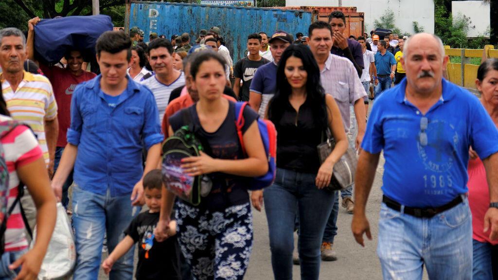 Un grupo de venezolanos cruza la frontera hacia Colombia a través del puente internacional Simón Bolívar, en Cucúta, el 2 de abril de 2019.