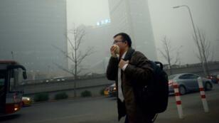 Un homme dans la rue à Pékin.