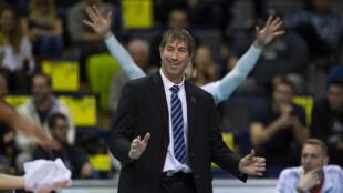 """Le coach du """"Team Yavbou"""" Laurent Tillie lors du Tournoi de qualification olympique contre la Slovénie à Berlin, le 9 janvier 2020"""