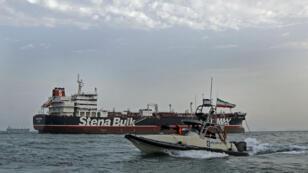 Des Gardiens de la révolution iraniens patrouillent autour du pétrolier Stena Impero, battant pavillon britannique, alors qu'il est ancré au large de la ville portuaire iranienne de Bandar Abbas, le 21juillet2019.