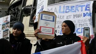 Des femmes participent à une manifestation pour le droit de porter leur hijab dans l'espace public, le 19 octobre 2019 à Paris.