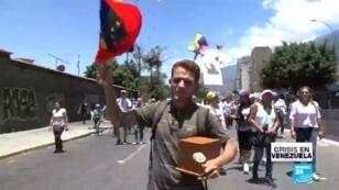 Gonzalo Alvarado marcha contra la crisis humanitaria en Venezuela, acompañadpo de las cenizas de su hija. Caracas, 6 de abril de 2019.