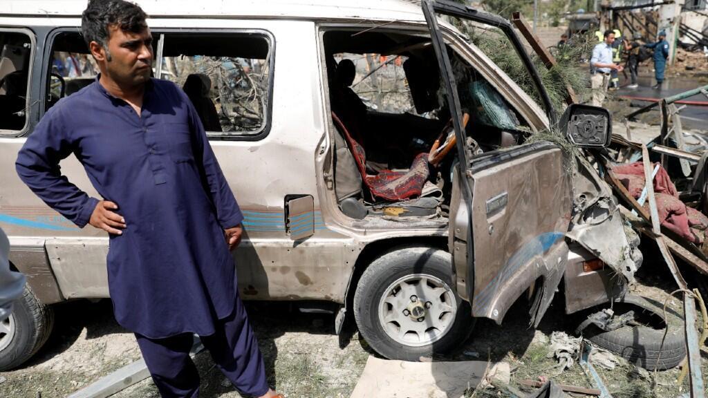Un vecino de la zona examina los daños provocados por las explosiones contra el vicepresidente afgano, en Kabul, Afganistán, el 9 de septiembre de 2020.