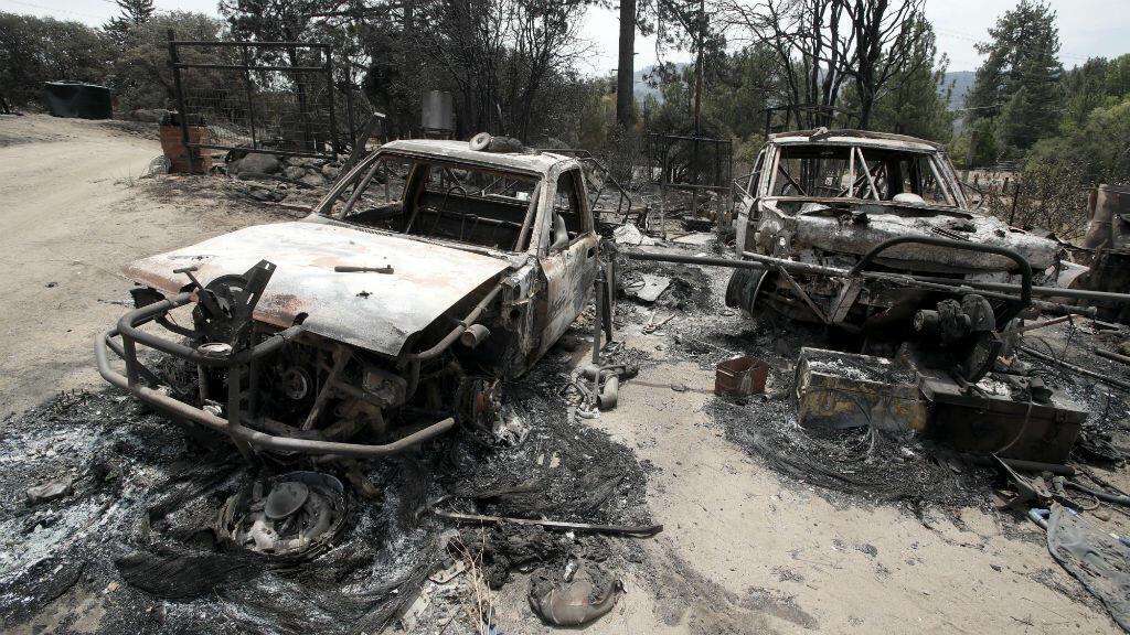 Dos de los vehículos que fueron consumidos por las llamas en California, Estados Unidos, el 29 de julio de 2018.