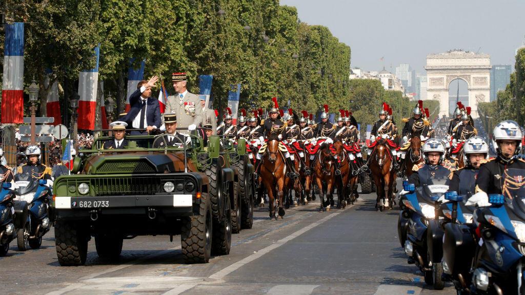 El mandatario francés, Emmanuel Macron, junto al general Francois Lecointre, a su llegada a la Avenida de los Campos Elíseos, en París, Francia, para el desfile militar del 14 de julio de 2018.