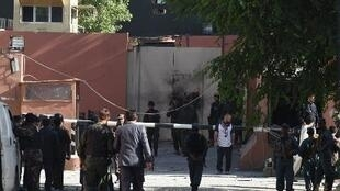 - قوات الأمن الأفغانية تنتشر أمام بوابة فندق هيتال في كابول بعد الهجوم، الأربعاء 27 أيار/مايو 2014
