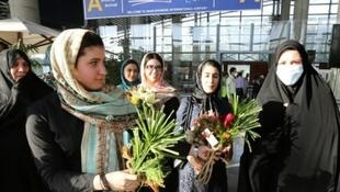 إيرانيات ينتظرن عودة والداتهن من الحج في مطار الإمام الخميني بطهران 29 أيلول/سبتمبر 2015