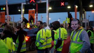 صورة لمتظاهرين ضمن حركة السترات الصفراء
