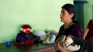 Gilberta Vasquez, madre de Carlos Hernández, sostiene los zapatos de su hijo, a quien las autoridades estadounidenses reportaron muerto el pasado 20 de mayo. San José el Rodeo, Guatemala, 22 de mayo de 2019.