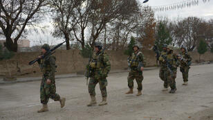Des soldats afghans patrouille près du consulat indien de Mazar-i-Sharif, le 4 janvier 2016.