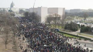 Des milliers de manifestants ont formé un gigantesque cortège samedi pour protester contre les violences policières.