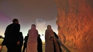 """مشاركون يتفرجون على لقطات تروج لمشروع السعودية على البحر الأحمر خلال قمة """"مبادرة مستقبل الاستثمار"""" في الرياض"""