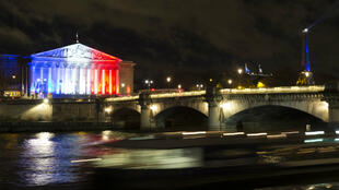 L'Assemblée nationale aux couleurs du drapeau français.