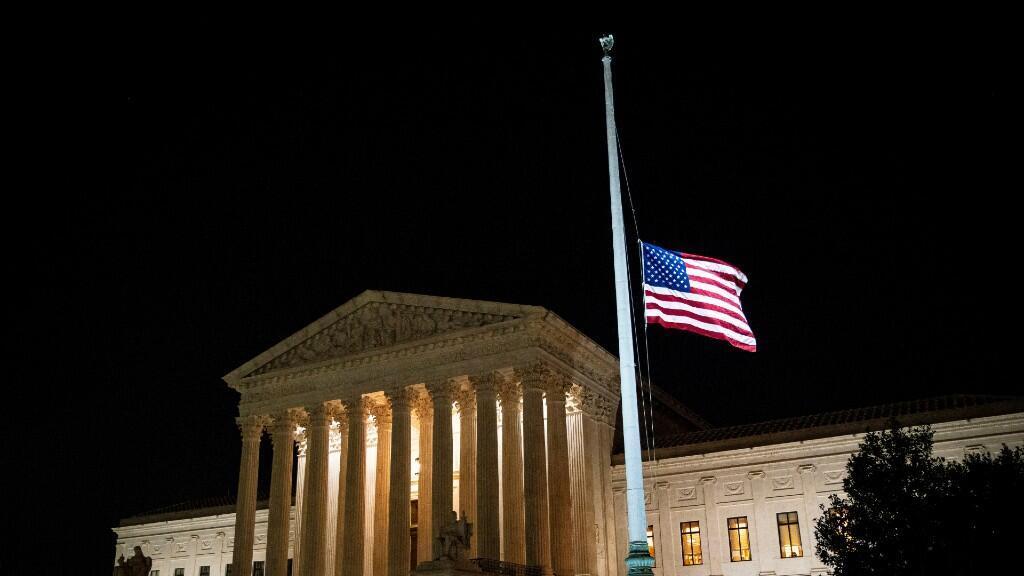 La bandera estadounidense ondea a media asta tras la muerte de la jueza de la Corte Suprema de los Estados Unidos Ruth Bader Ginsburg, fuera de la Corte Suprema de los Estados Unidos, en Washington, Estados Unidos, el 18 de septiembre de 2020.