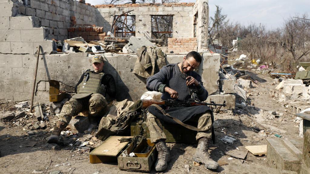 Des soldats ukrainiens se préparent à combattre des séparatistes pro-russes à Avdiivka, le 30 mars 2017, dans la région de Donetsk.