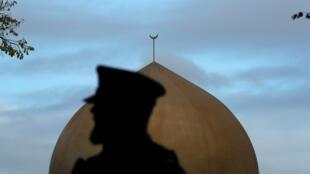 شرطي يقف أمام مسجد النور في كرايستشيرش بنيوزيلندا 17 مارس/آذار 2019