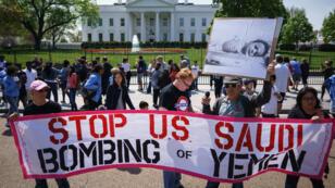 Foto de archivo de activistas que protestan frente a la Casa Blanca contra las acciones de Arabia Saudita en Yemen, el 13 de abril de 2017.