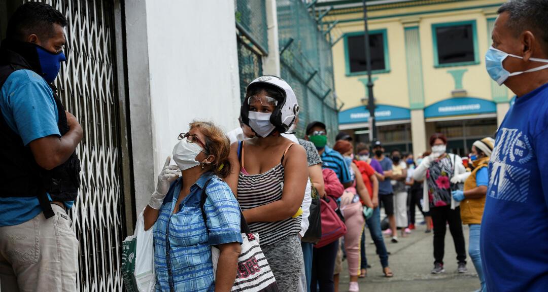Ciudadanos hacen fila fuera de una farmacia en medio del brote de coronavirus en Guayaquil, Ecuador, el 15 de abril de 2020.