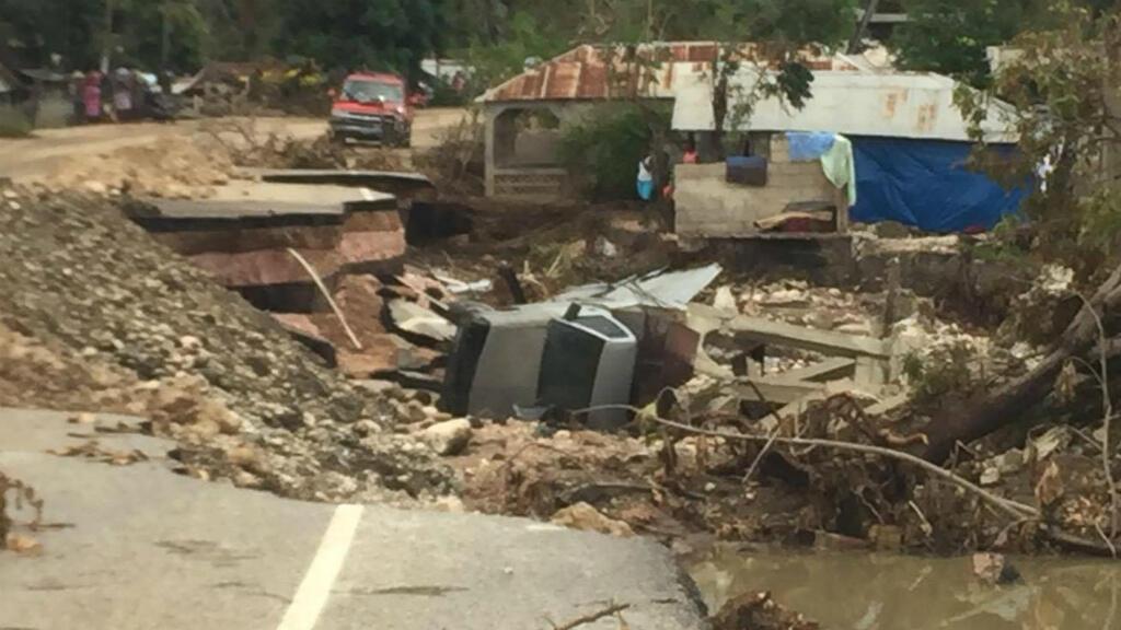 Des routes ont été ravagées après le passage de l'ouragan Matthew dans la région des Nippes vers la ville de Petite Rivière des Nippes (Haïti).
