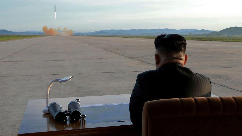 La captura del momento perfecto de esta imagen, el líder norcoreano Kim Jong-un observa el lanzamiento de uno de los misiles.