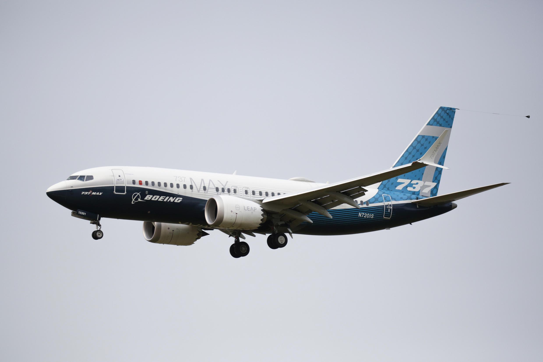 En esta foto de archivo tomada el 30 de septiembre de 2020, un avión Boeing 737 MAX aterriza luego de un vuelo de evaluación en el Boeing Field en Seattle, Washington