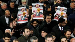 Manifestantes sostienen fotos del periodista saudí, Jamal Khashoggi, en un funeral simbólico en Estambul, Turquía.