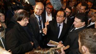 Le président François Hollande a été chahuté par des agriculteurs en colère au Salon de l'agriculture à Paris, le 27 février 2016.