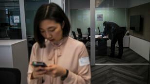Une employée de Microsoft se sert de son téléphone.