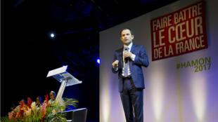 Benoît Hamon dévoile un programme enrichi des apports de ses anciens adversaires à la primaire de la gauche.
