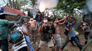 Estudiantes de la Universidad Nacional Autónoma de Nicaragua (UNAN), que reclaman en sus consignas justicia, democracia y la salida del presidente Daniel Ortega, disparan morteros hechos a mano durante una manifestación en las instalaciones de la UNAN en Managua el 11 de mayo de 2018.
