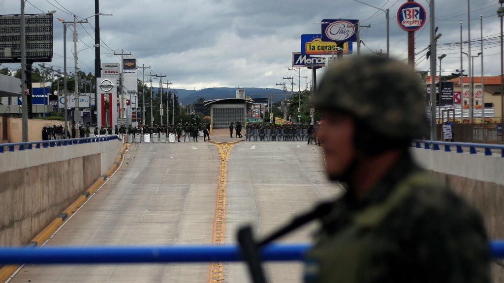 Decenas de soldados vigilan el tribunal en el que permanecen las actas electorales en Tegucigalpa.