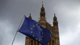 Le drapeau européen devant le palais de Westminster à Londres, le 3 avril 2019.