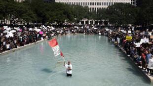 آلاف المشاركين في تكريم ذكرى جورج فلويد في هيوستن بولاية تكساس الأميركية في 2 حزيران/يونيو 2020.