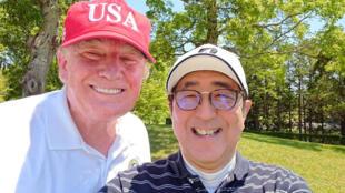 El primer ministro de Japón, Shinzo Abe, posa para una selfie con el presidente de Estados Unidos, Donald Trump, en el Mobara Country Club en Mobara, prefectura de Chiba, Japón, el 26 de mayo de 2019.