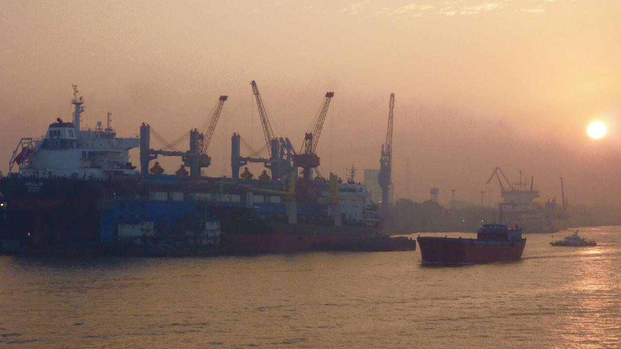 Une vue du port de Shanghai en 2010, année de son accession au rang de plus important port marchand du monde.