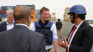 El secretario de Relaciones Exteriores británico, Jeremy Hunt, habla con Muhammad Alawi Emzarbah, director del Golfo de Adén mediante un intérprete en el puerto de Adén, Yemen, el 3 de marzo de 2019.