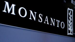El logo de la compañía Monsanto, en una pantalla de la Bolsa de Nueva York, en Estados Unidos. 9 de mayo de 2016.