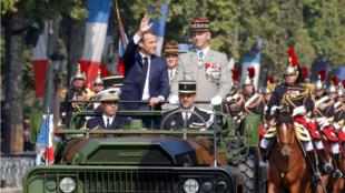 El presidente francés, Emmanuel Macron, junto al general Francois Lecointre, a su llegada a la Avenida de los Campos Elíseos, en París, Francia, para el desfile militar del 14 de julio de 2018.