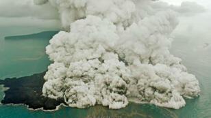 Una columna de ceniza se eleva cuando el Anak Krakatau entra en erupción en Indonesia, el 23 de diciembre de 2018, en esta imagen obtenida de las redes sociales.