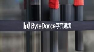 Esta imagen muestra el logo de ByteDance en la entrada a una oficina de la compañía, en Pekín, el 8 de julio de 2020