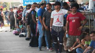 Les migrants de la caravane patientent pour obtenir leur visa humanitaire mexicain au poste-frontière de Ciudad Hidalgo, le 21 janvier 2019.
